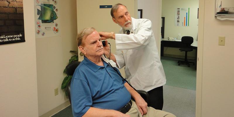 Personas mayores con problemas auditivos
