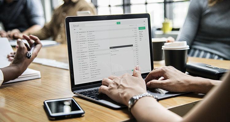 Persona escribiendo un email